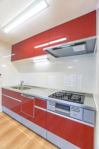 充実の設備がついたお洒落なキッチン。 食洗器付きなのは家事の負担を軽減してくれる嬉しいポイント。 床下収納もあり収納も豊富です。