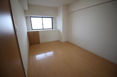 洋室9帖の広い寝室です