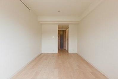 優しい色合いのフローリングの居室です