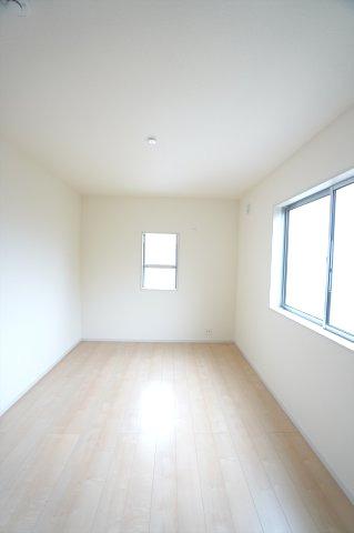 【同仕様施工例】2階6.75帖 窓が2面あるので採光・通風のよいお部屋です。