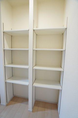 【同仕様施工例】2ヶ所から出入りできるSICは内部は可動棚になっているので、ブーツなどの高さのある靴も収納できます。