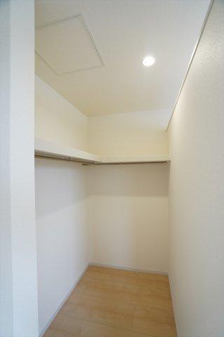 【同仕様施工例】2階8.5帖 WIC 棚もありますのでバックや小物の収納もできます。