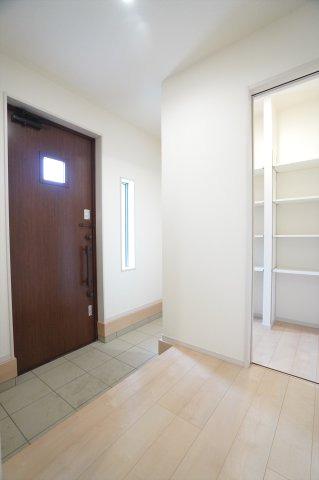 【同仕様施工例】機能性の高いシューズインクロークで玄関が生活感のない空間となり広々とした印象になります。