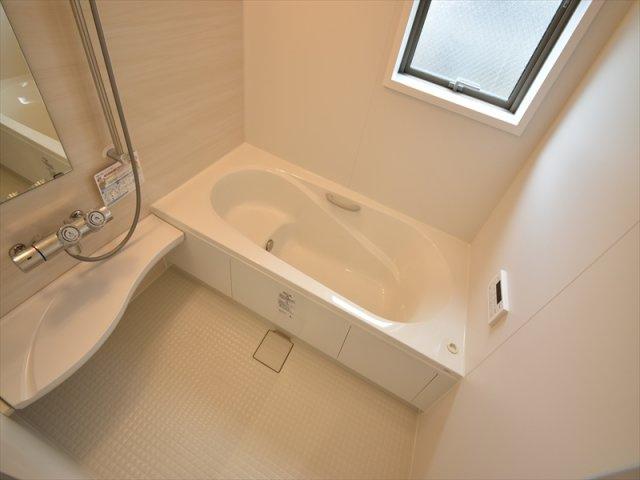 暖かい陽射しの射し込む南道路の4LDK!お車2台駐車可能!人造大理石カウンターのオープンスタイルキッチンや玄関ホールに設置された洗面台が魅力、和室もございます。
