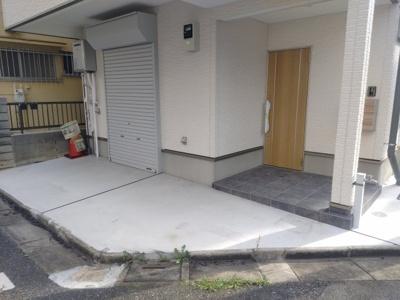 駐車場と玄関です。