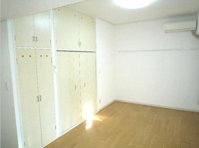 【寝室】セゾン石塚 収納2ヶ所 室内洗濯機置場 洋室7帖