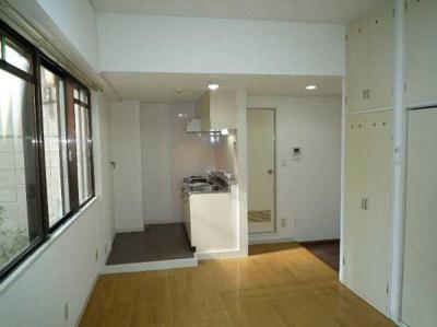 【居間・リビング】セゾン石塚 収納2ヶ所 室内洗濯機置場 洋室7帖