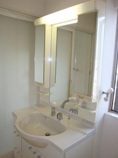 ホワイトを基調にまとめた洗面所。明るく通気性もばっちり。