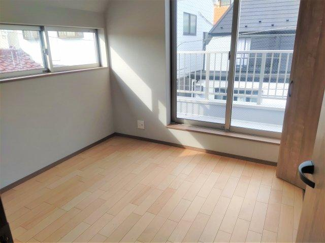 陽当たりの良い3階居室。奥にバルコニーが見えます。