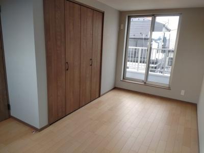 3面採光の3階居室。クローゼットも広く多様に使えるお部屋です。