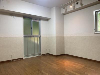 広々とした2面採光の洋室です。