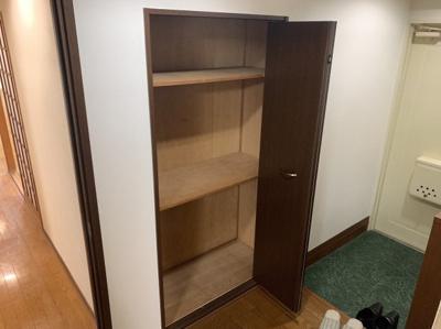 玄関近くの便利な収納スペースです。