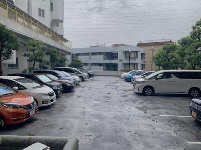 平面の駐車場です。