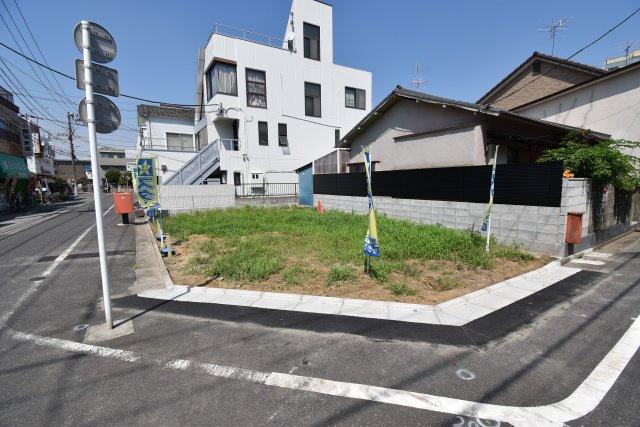 南西角地に全2棟の3LDKを建築致します。 駐車場付き、周辺には公園が点在する穏やかな住環境。
