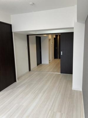 洋室はスライドドアなので、開けたままにすることで広々とお使いいただけます。