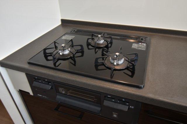 3口ガスコンロは、同時にたくさんのお料理を作ることが出来ます。火力調整、安全装置、魚焼きグリルも完備!