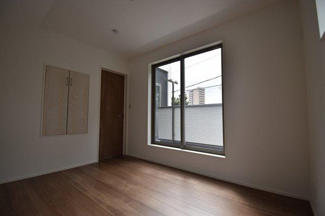 2面採光の明るい洋室を3室ご用意しました。各室収納スペース完備!