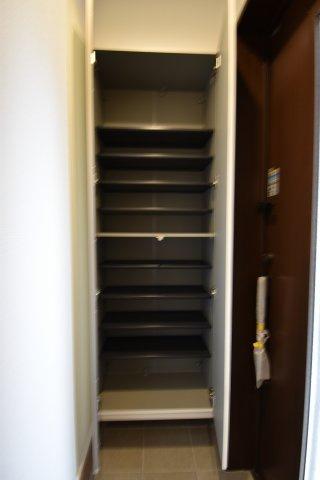 玄関に設置されたシューズボックスは可動棚式。スニーカー、サンダル、ロングブーツ等の多種の物に対応できます。