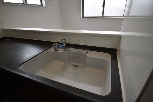 キッチンシンクは大型仕様。大きな食器などの洗い物も問題なし!お掃除お手入れも簡単なラクラクキッチン!