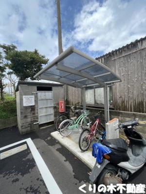 屋根付き駐輪場あり。