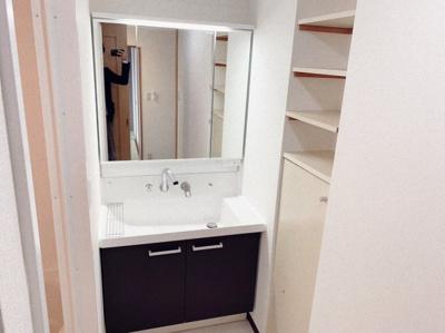朝の支度にも助かる、独立の洗髪洗面化粧台です。収納棚も設置されています。