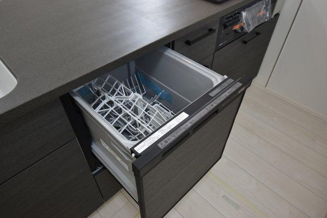 食後の洗い物はスイッチ一つで乾燥まで全自動。空いた時間を有意義に使えるとても便利なキッチンアイテム!
