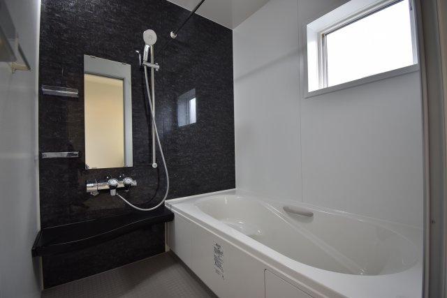 足を伸ばしてゆったりと寛げる広々浴槽の1616サイズバスルーム。半身浴が出来るベンチタイプのバスタブと浴室乾燥暖房機が標準装備!