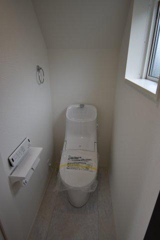 窓を設け明るさと換気を確保したトイレは洗浄機能付き。