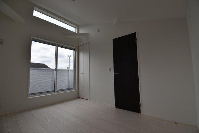 南側の壁面を高く設計し窓を追加しました。より明るく開放感が増し、過ごしやすいプライベート空間となっております。
