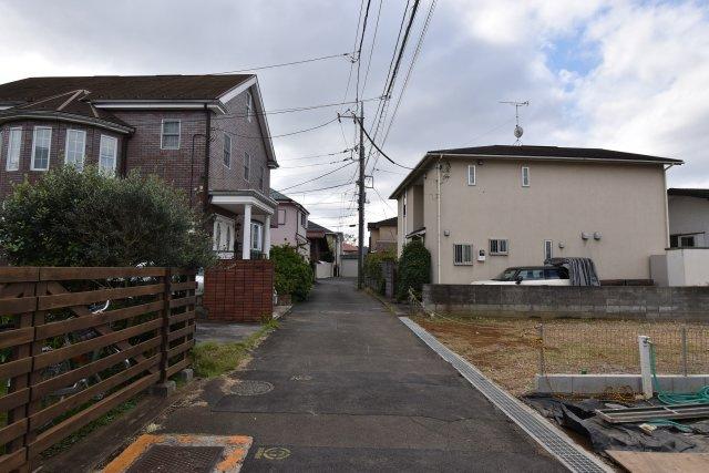 車通りがほぼなく小さなお子様も安心の周辺環境。静かな住宅街のなかでゆったりとお過ごし頂けます。