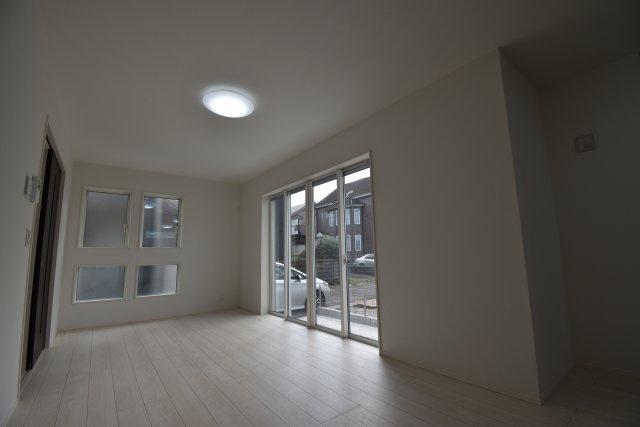 広々17.71帖のLDK!白基調の室内は清潔感があり、明るくゆったりとした日常をお過ごしいただけます。床暖房標準装備!リビング階段で家族のコミュニケーションも良好!