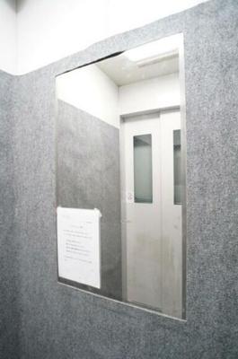 エレベーターには鏡がございます