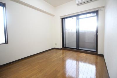 洋室約6.0帖 窓が大きく開放感あるお部屋です★