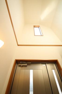 玄関は吹抜けとなっており、お二階から差し込むあたたかな光が出迎え、送り出してくれます。全体を通してゆとりある、開放感のある間取りが特徴の邸宅です。