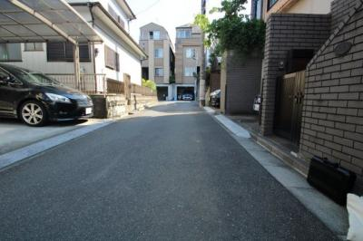交通量の少ない道路のため、駐車や行き交いなども安心です。