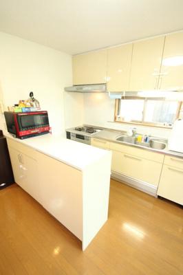 清潔感のあるキッチンは収納付カウンターがあり、収納力も豊富です。