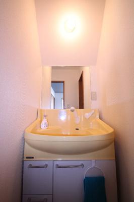 お二階には独立洗面台があり、朝の混みあう時間帯でも落ち着いて身支度を行えます。
