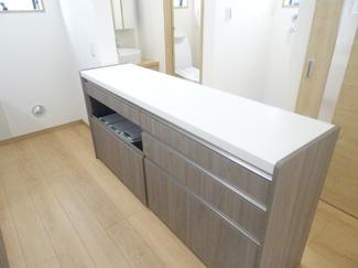 快適なキッチンで楽しくお料理。収納も充実しているのでお片付けも楽々。奥に冷蔵庫などを置くスペースがしっかり備わっています♪