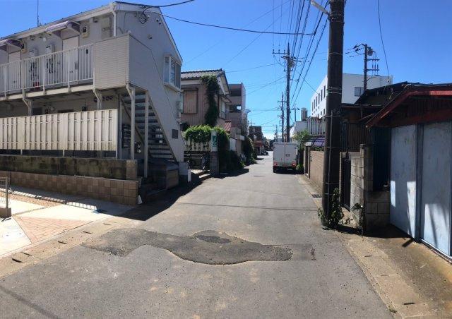 西側5m道路となります。閑静な住宅街なので、車通りも少なく、運転の苦手な方でも落ち着いて駐車することができます。