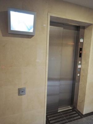 エレベーター付きのマンションです。 外から中の様子が見れるため女性の方も安心です。