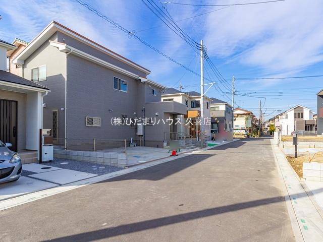 21/09/29 撮影。 前面道路は幅員6m、運転が苦手なママも落ち着いて駐車していただけますね。
