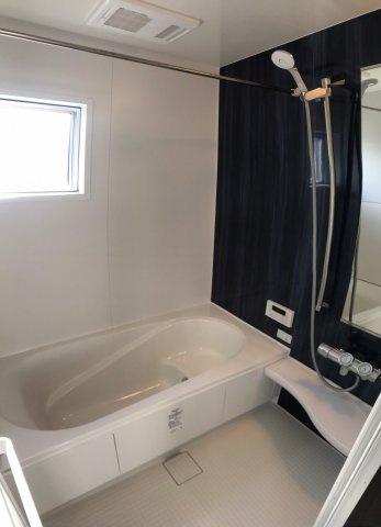 暖房乾燥機付きなので雨の日でも安心して衣類を乾かすことができ、寒い冬でも快適に過ごすことができます。浴室に窓があるので湿気がこもらずいつでもいい空気に入れ替えることができます。