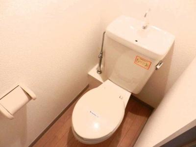 温かみのある色調でリラックスできるトイレ