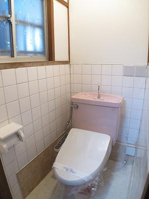 トイレは1階にございます。 嬉しい温水洗浄便座付きです。