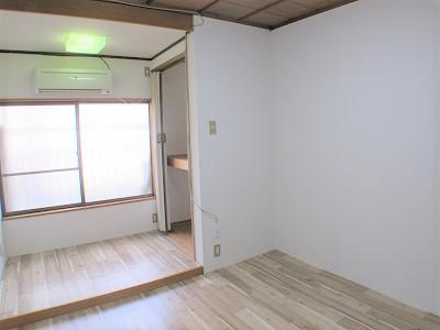 2階東側洋室(5.5帖):東向きバルコニーの採光が入る明るいお部屋です。 朝日が入り気持ち良く目覚める事ができそうですね♪