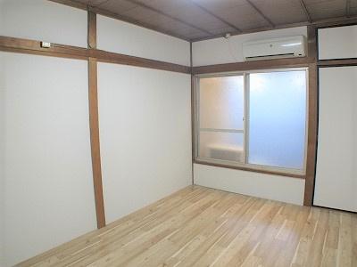 2階西側洋室(6.0帖):西向きバルコニーの採光が入るお部屋です。 二面にバルコニーがあるので、通風も良好です。
