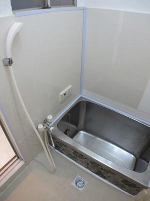 浴室には窓がついており、採光と通風がとりこめ換気も行えますね♪
