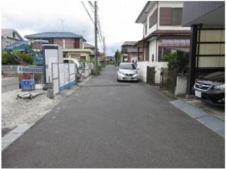 前面道路。南から北へ撮影