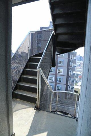 エレベーター横には階段も。