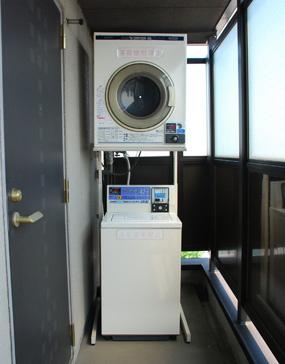コインランドリーとコイン乾燥機は各階にあって便利!